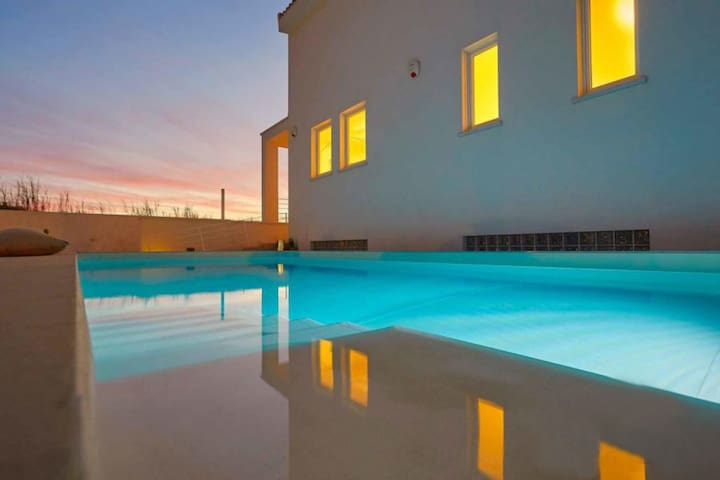 Villa con piscina privata a 300m dal mare, wifi