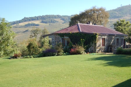 Tranquil Watersmeet Stone Cottage at Walkersons - Dullstroom - Haus
