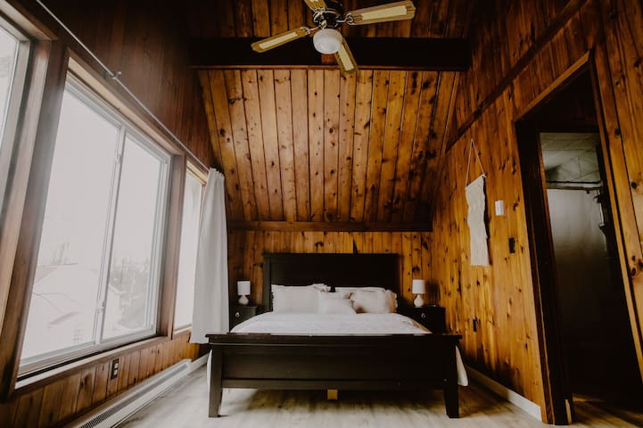 Upstairs queen bedroom#3