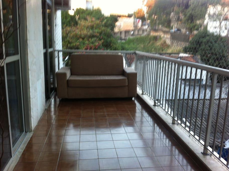 Varanda com sofá de dois lugares