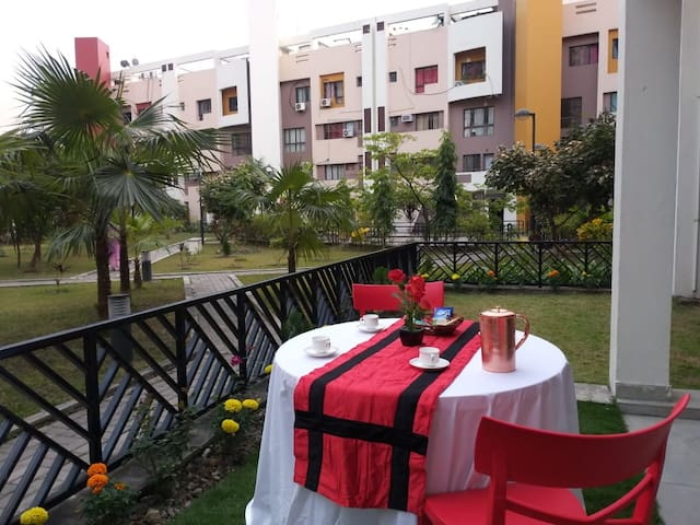 Private Room with Open Lawn, Close Kolkata Airport