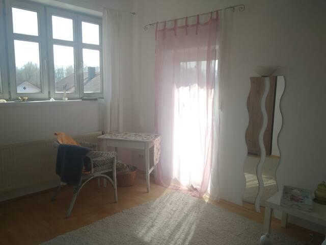 Zimmer 2.Stock, Kingsize-Bett  und mit kl. Balkon und Bergblick.