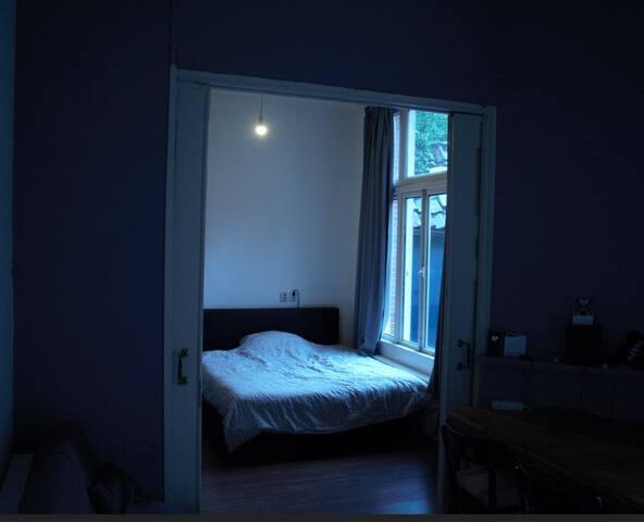 Slaapkamer met tweepersoonsbed met kast om spullen en kleren op te bergen