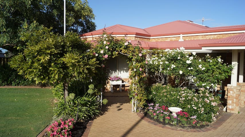 Privacy in neo-colonial home with large garden - Bibra Lake - Bed & Breakfast