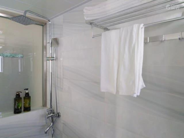 这是通透明亮的卫生间