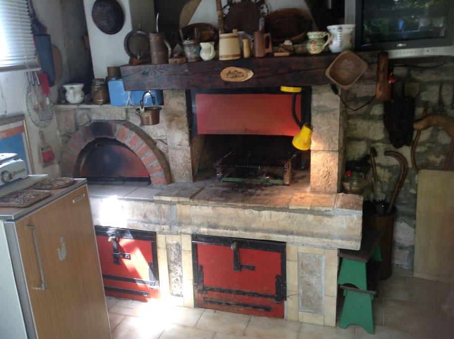 Pogled na ljetnu kuhinju sa roštiljem i krušnom peći !