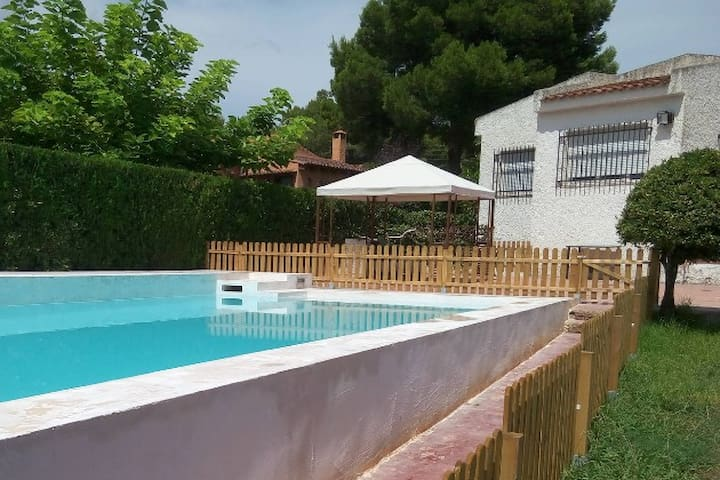 Ample villa with beautiful views and swimming pool - Bétera - Almhütte