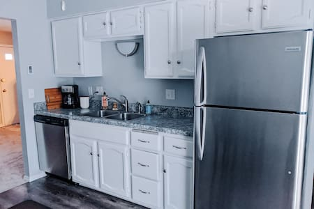 Newly renovated, cozy Fishlock apartment