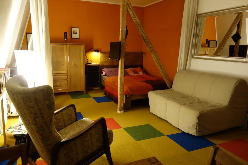 Zusätzlich ein bequemes Schlafsofa – ebenfalls in 140 cm breite / additional  a sofa bed in 140 cm