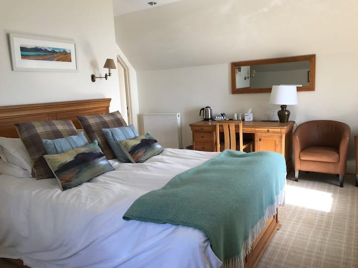 Luxury loch side accommodation Room 8