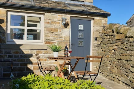 Law Common Cottage, stunning views of Holme Valley