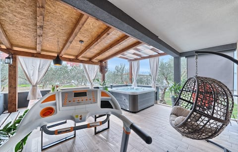 Small OASIS with HOT TUB for your perfect vacation