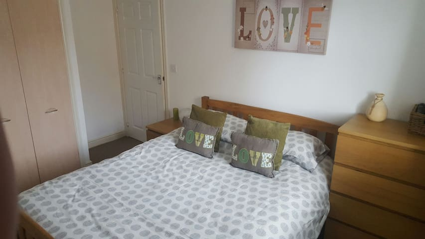 Room with kingsize bed and ensuite - Bridgend