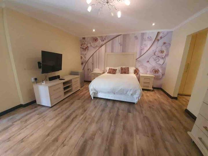 Naz B&B-queen bed, en suite