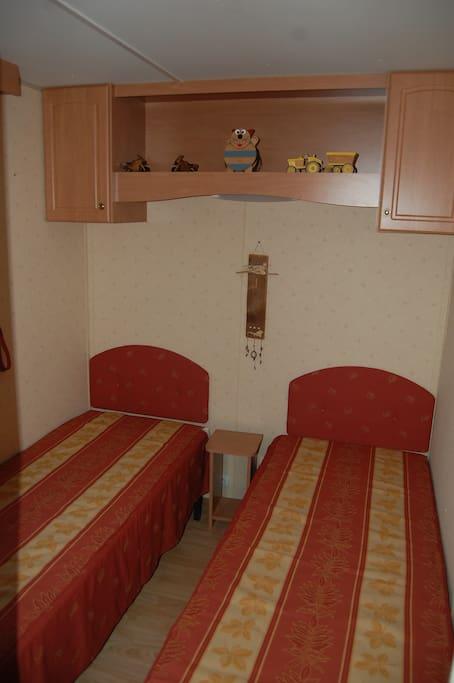Chambre avec deux lits 1 personne