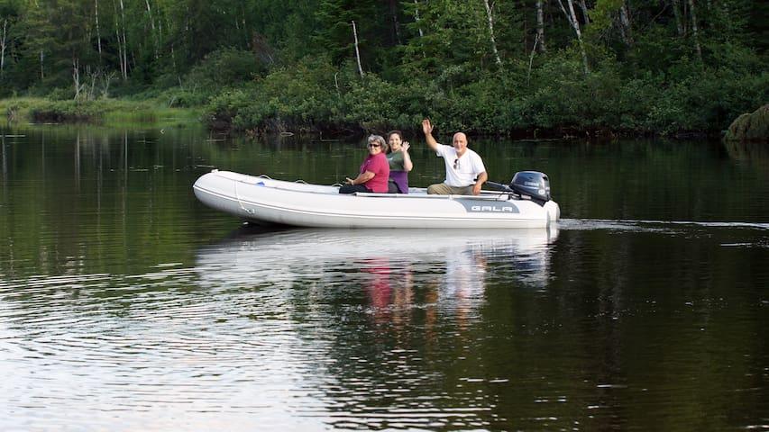 Des safaris sont offerts sur la rivière Ouiatchouaniche en période estivale, ils offrent l'opportunité d'observer tous les animaux qui vivent sur ses rives, et les nombreux trésors que la rivière a à offrir.