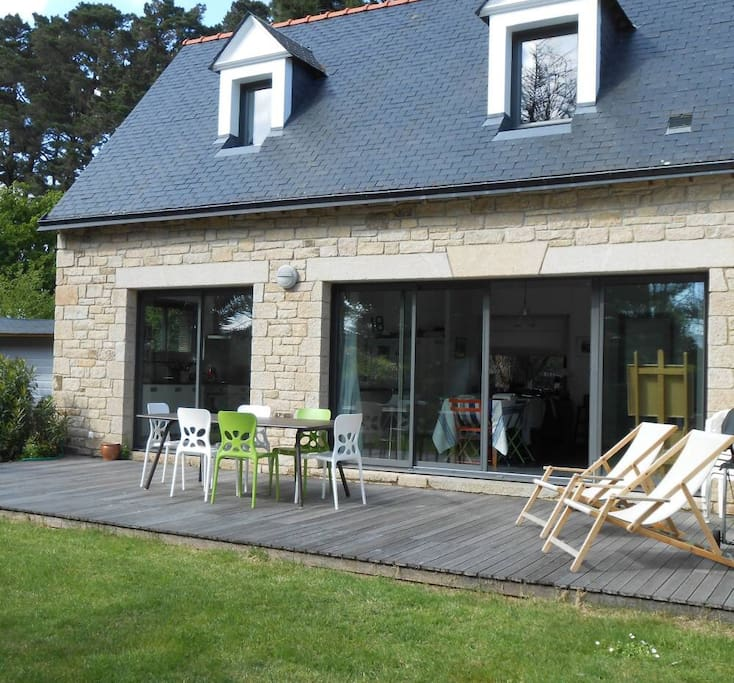 Terrasse exposée plein sud, barbecue et mobilier de jardin