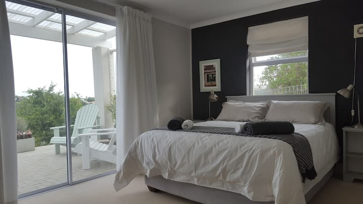 Orchid Room - tranquility in Brackenridge Estate