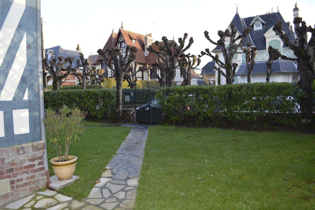 Jardin sur rue privée très calme