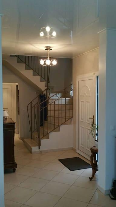 L'entrée avec l'escalier vers l'étage