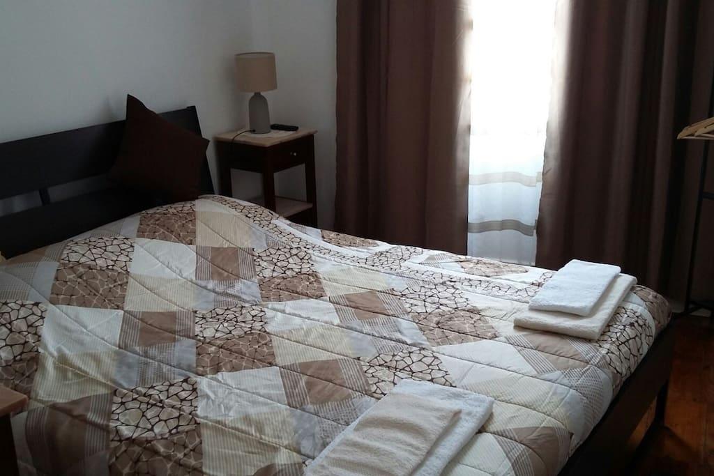 Quarto 3 - 1 cama de casal, 1 televisão