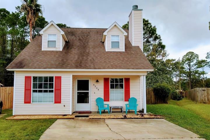 Peaceful Cottage 10 min to Pensacola Beach