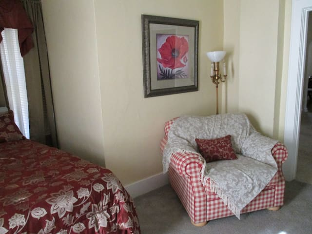 Bungalow @ N 25th - Comfortably Furnished for You
