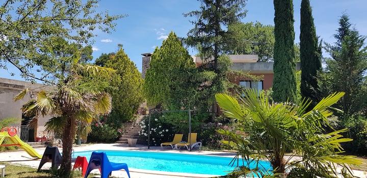 Villa contemporaine avec piscine, 200m de Joyeuse.