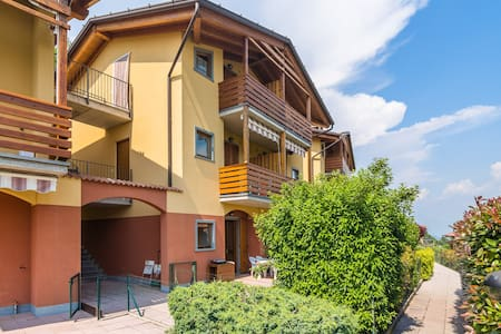 Flat with equipped garden, in refined residential complex with shared swimming pool.