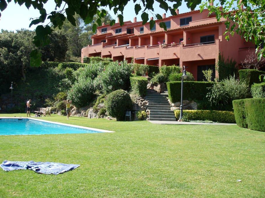 Zona comunitaria con jardín y piscina - SA PUNTA COSTA BRAVA