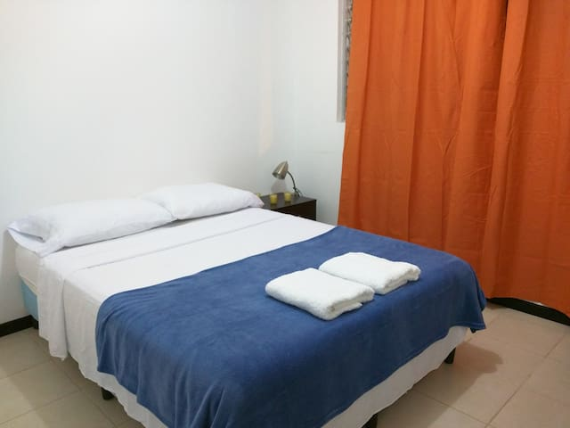 Cozy/Private Room/5km-SJO/Parking/WiFi - Alajuela - Talo