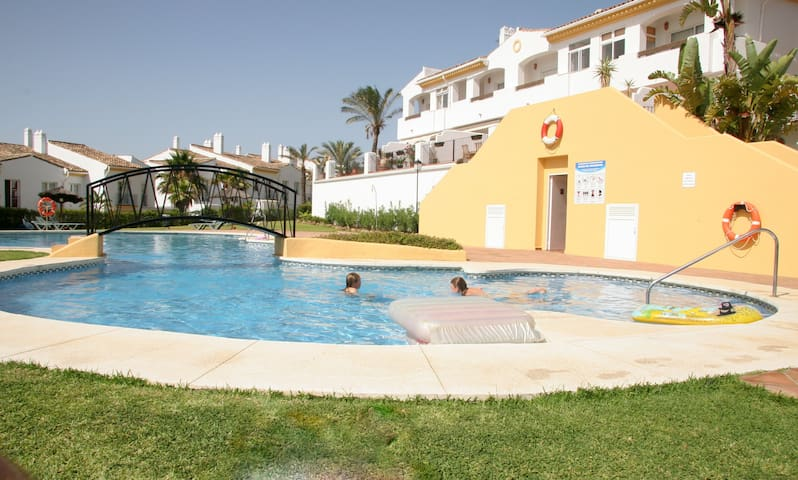 Sunny townhouse close to beach - La Alcaidesa - Hus