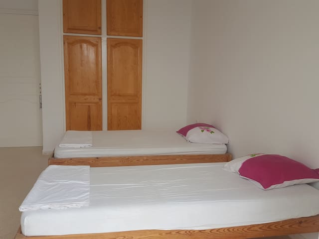 La chambre 2 avec 2 lits simples.