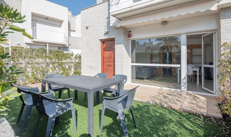 Townhouses for 8 people close to the beach