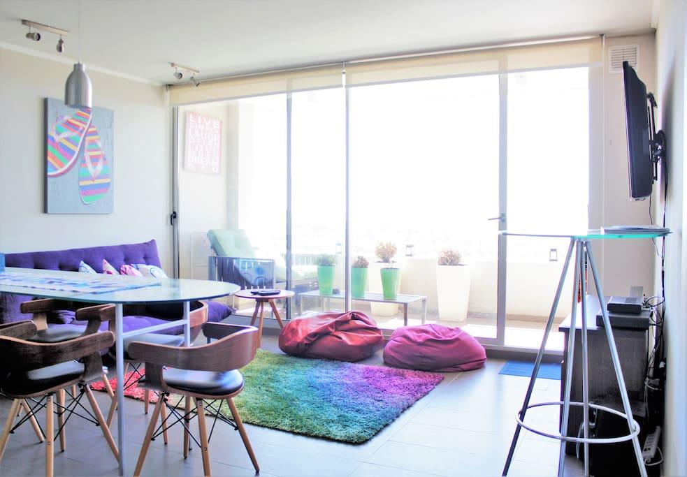 Amplio y cómodo living que cuenta con un sofá cama