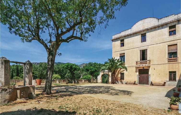 Holiday cottage with 6 bedrooms on 400 m² in Alella