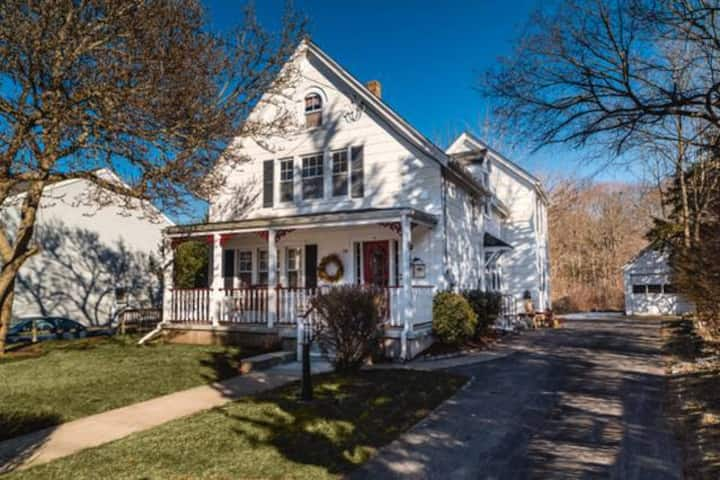 Westerly, Charming Cottage blocks from downtown