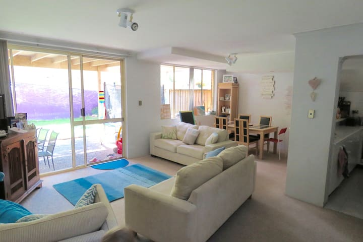 Large townhouse in Warriewood near Beach & shops - Warriewood