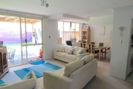 Large townhouse in Warriewood near Beach & shops - ワリウッド