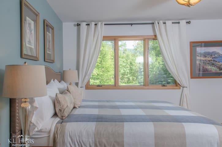 Tamarack - King Bed Suite in Bed & Breakfast