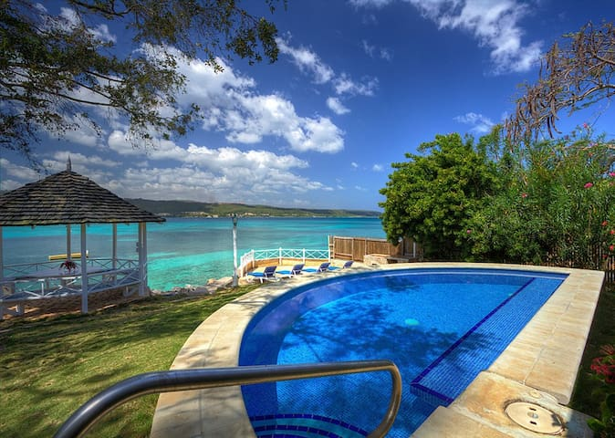 Sea Haven - Ideal for Couples and Families, Beautiful Pool and Beach - Discovery Bay
