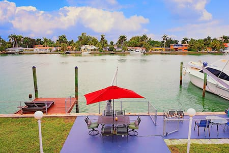 Waterfront Villa w/ a Dock, Downtown View - ノースベイビレッジ (North Bay Village)