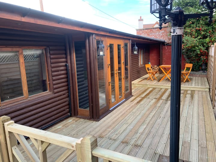 Cosy Log cabin retreat in the village of Banwell