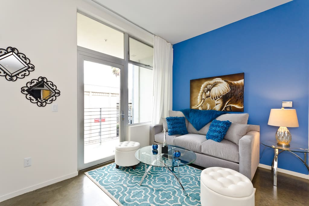 Hollywood blvd extravagant suite 6 beds apartments for for Living room 6250 hollywood blvd