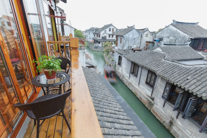 周庄古镇内邂逅双桥-邀月,邀月房间是临水而建,出了房间还有一个小阳台可以在外面喝茶聊天。