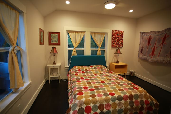 Funky Bungalow Guest Suite w/pool, H-town Heights