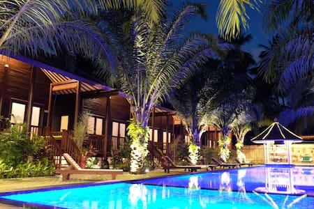 Luxury wooden villa in Senggigi - Senggigi  - Chalé