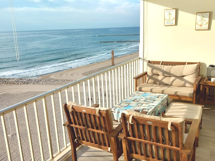 Beach front - Stunning views. NEW!