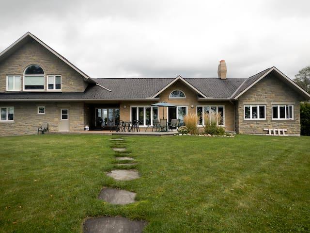 Spacious Luxury Lakefront Cottage on Lake Simcoe