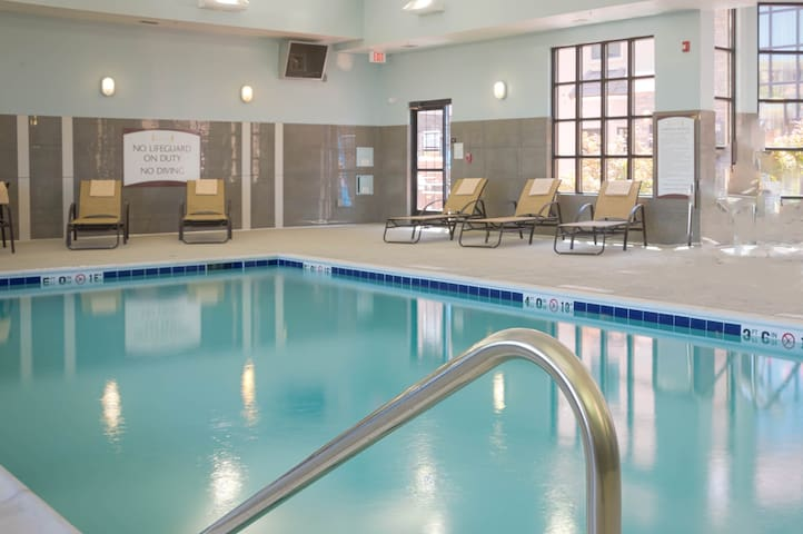 Relaxing Retreat Near Downtown Toledo | FREE breakfast + Shared Pool